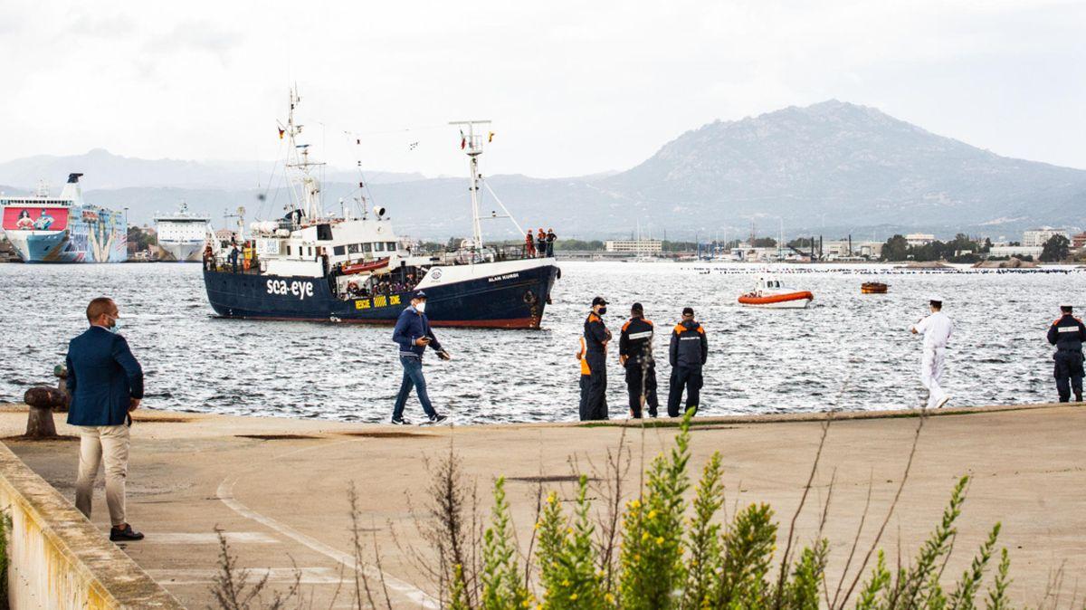 """Die """"Alan Kurdi"""" im Hafen von Olbia auf Sardinien. Die Küstenwache hat  die Weiterfahrt untersagt."""