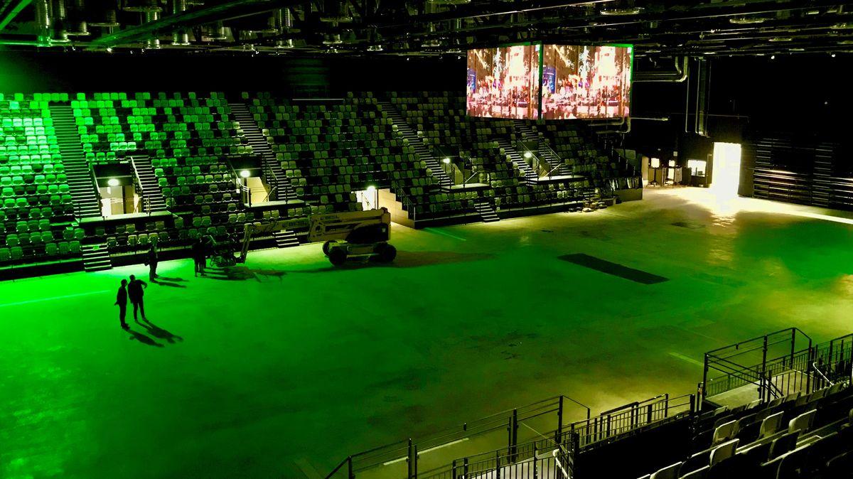 Blick auf das grünbeleuchtete Spielfeld in der neuen Sporthalle in Nürnberg.