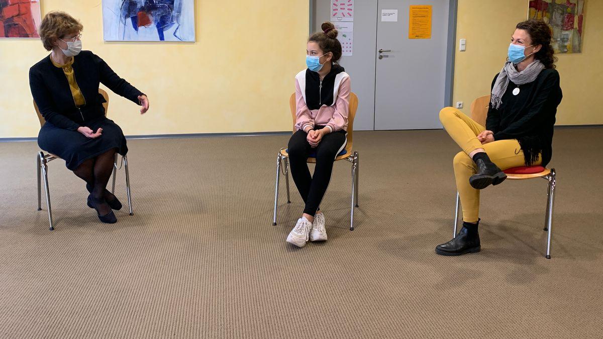 Drei Frauen sitzen auf Stühlen nebeneinander. Links Trauerbegleiterin Beate Düntsch-Hermann, in der Mitte Vroni, rechts deren Mama Beate Anhalt.