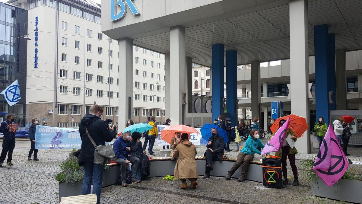 """Klimaaktivisten von """"Extinktion Rebellion"""" vor dem Bayerischen Rundfunk am 27.05.2021"""