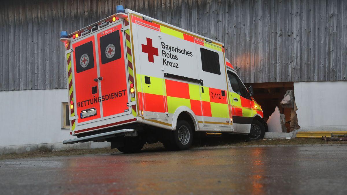 Unfall mit einem neuen Rettungswagen.