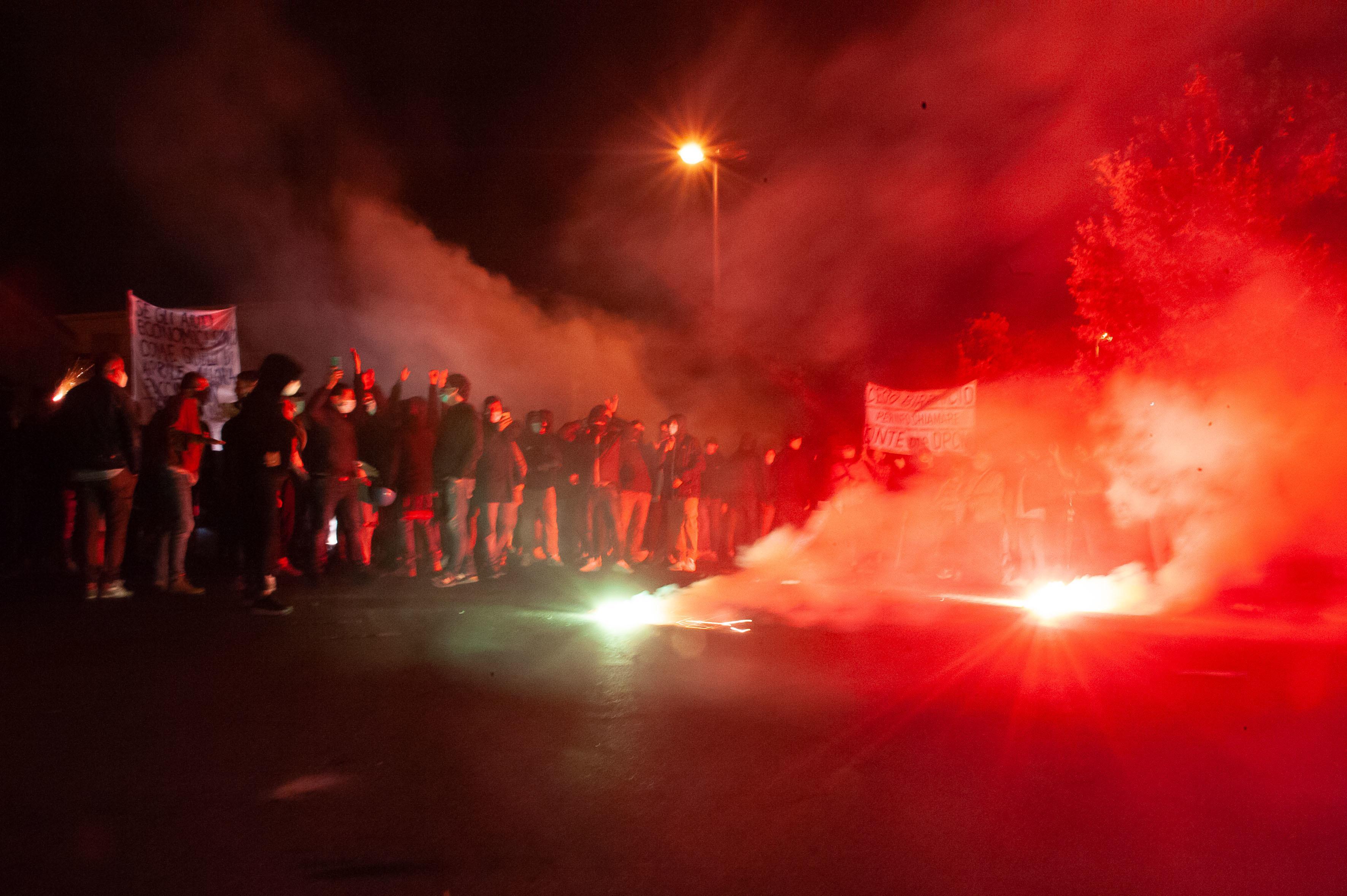 Ausschreitungen in Italien bei Protesten gegen Corona-Maßnahmen | BR24