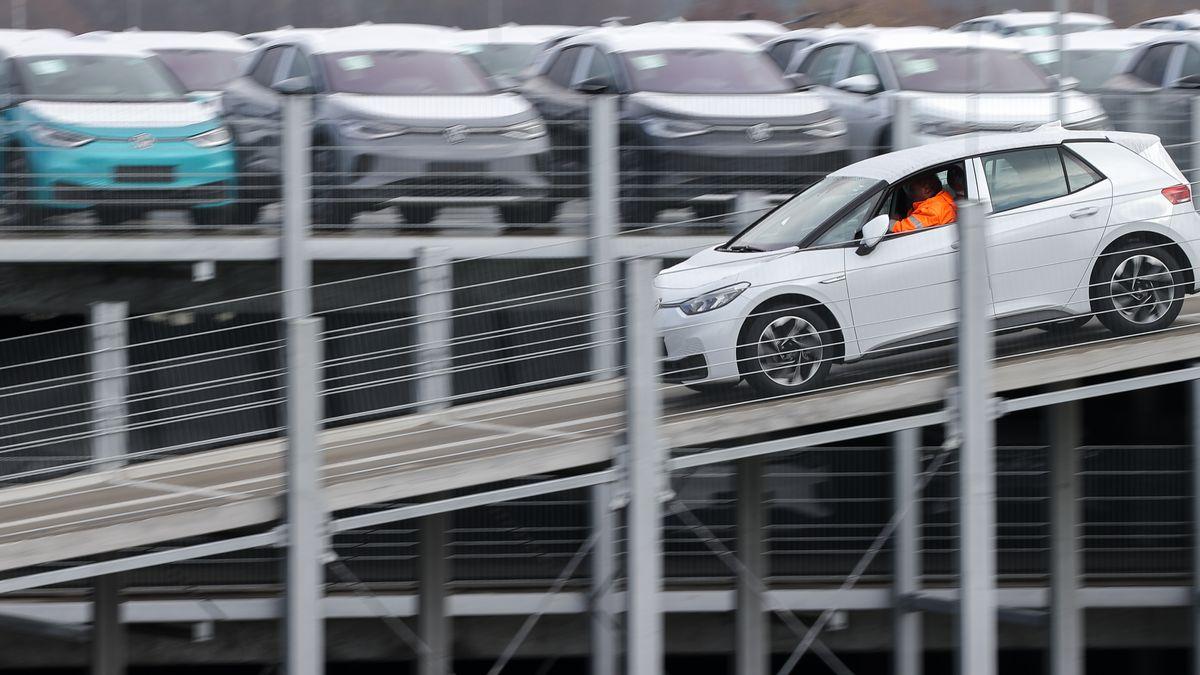 Ein Volkswagen ID.3 verlässt zur Auslieferung ein Parkhaus mit weiteren Neuwagen im Zwickauer Volkswagen-Werk.