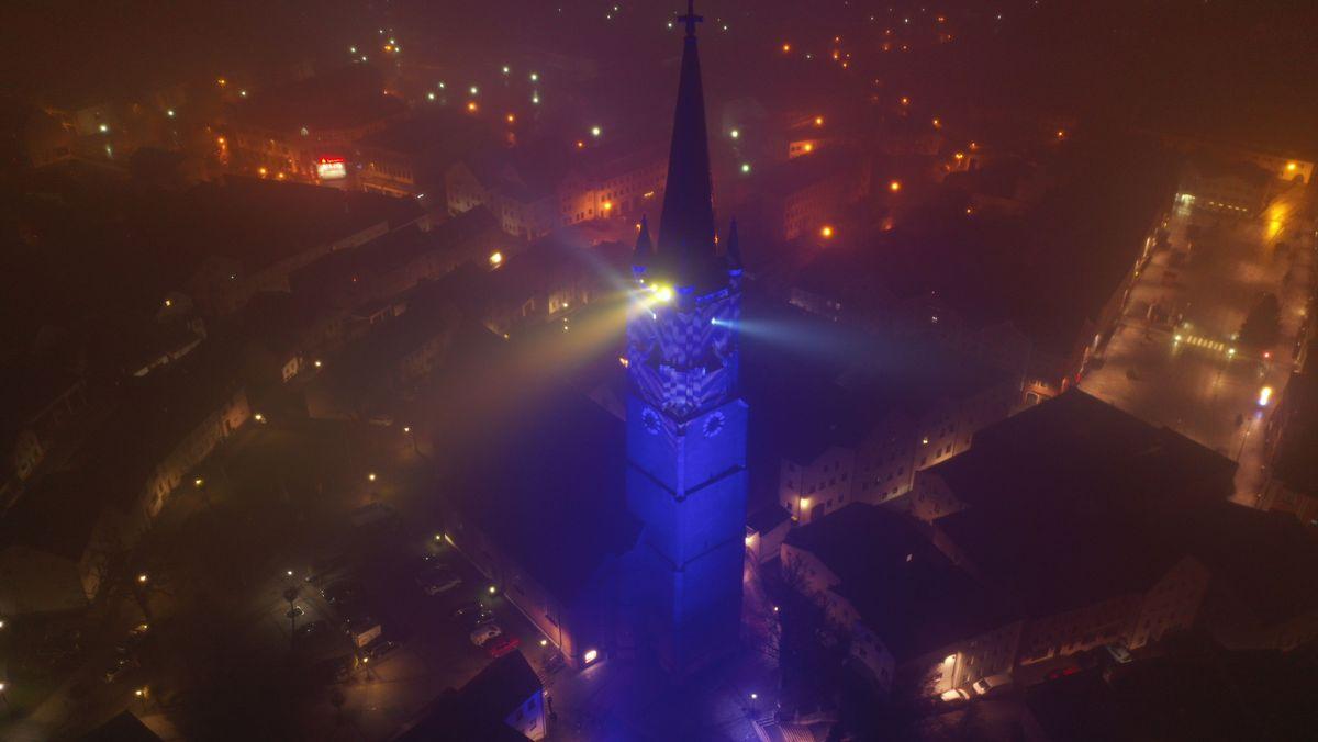Der blau beleuchtete Kirchturm in Eggenfelden