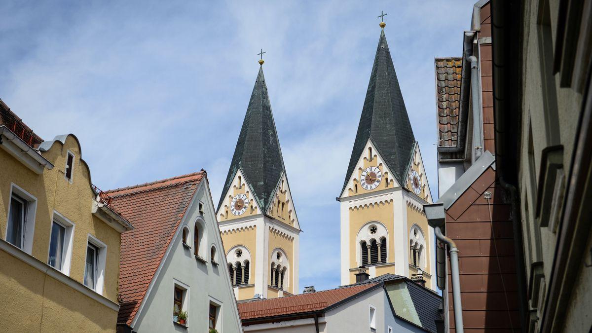 Die beiden Türme der Pfarrkirche St. Josef in Weiden