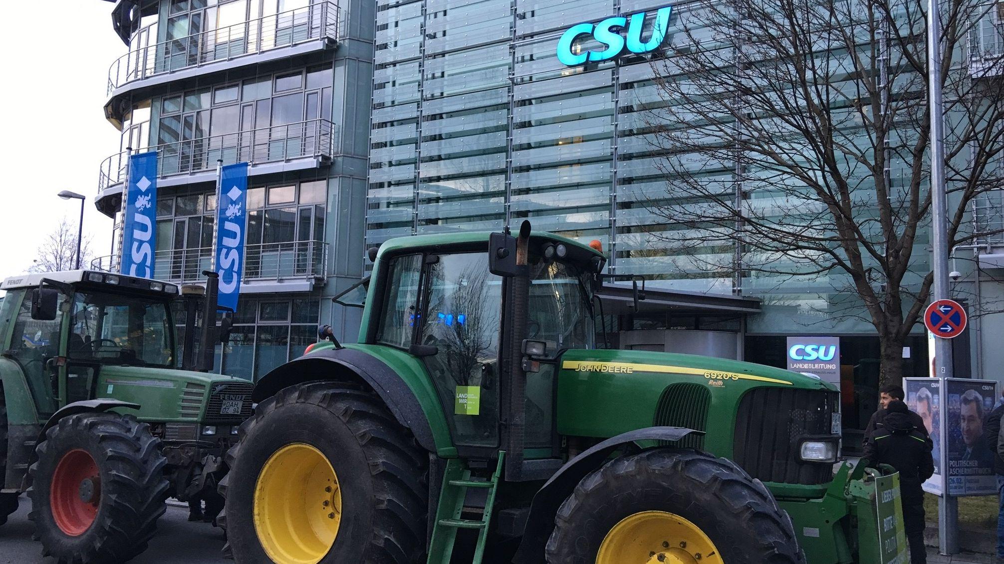 Bauerndemo in München vor der CSU-Zentrale in der Mies-van-der-Rohe-Straße.