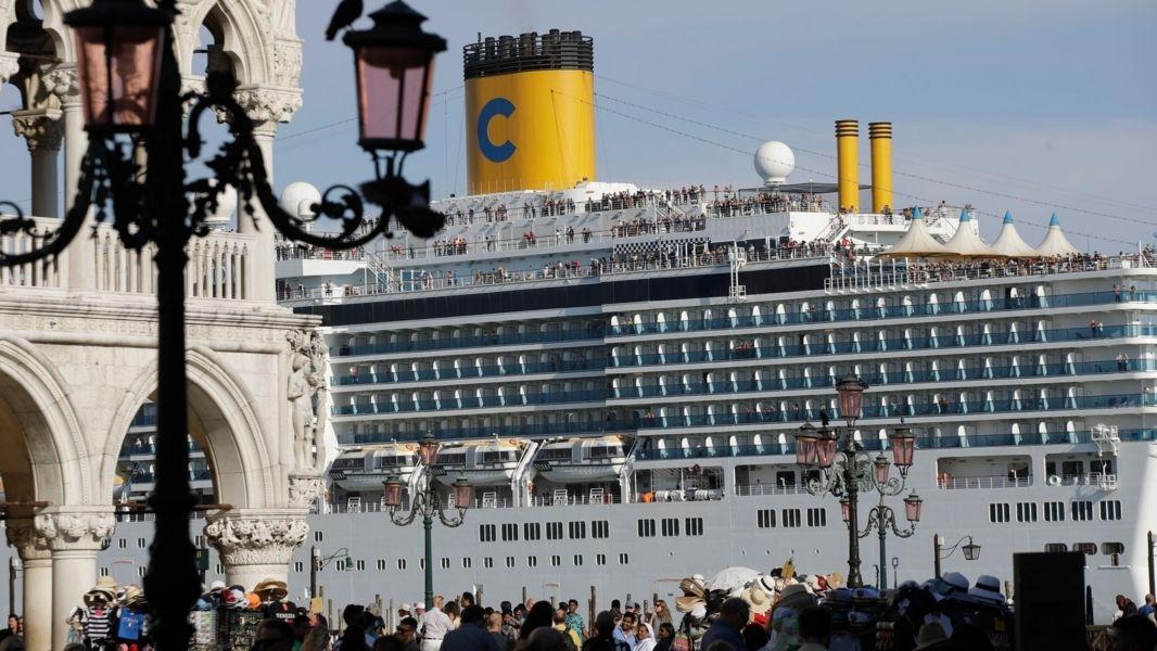 Kreuzfahrtschiff legt im Zentrum von Venedig an.