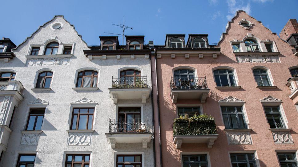 Die Fassaden von zwei Altbauhäusern in München.