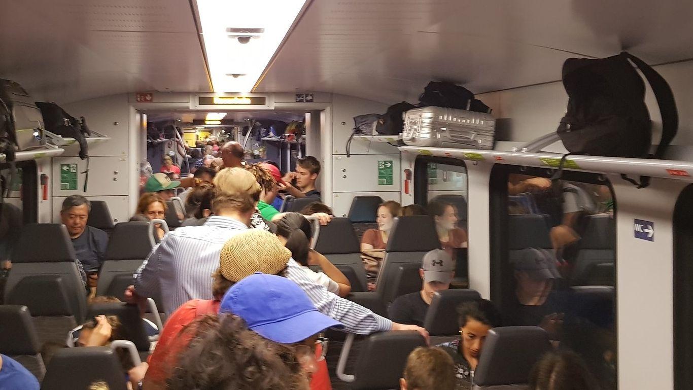Passagiere im Ersatzzug nach Panne des Meridians