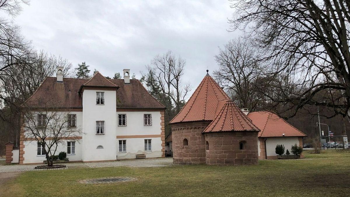 Vor dem Herrenhaus steht eine kulturhistorische Besonderheit: eine romanische Rundkapelle.