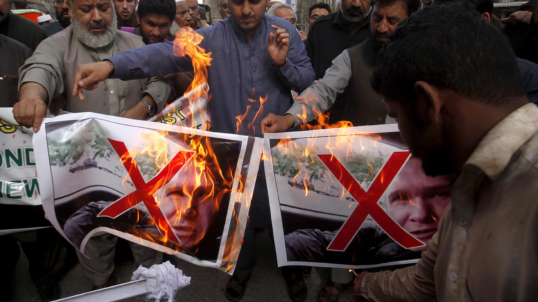 Die Stimmung ist vielerorts aufgeheizt. In Pakistan verbrennen wütende Muslime Fotos des mutmaßlichen Attentäters.