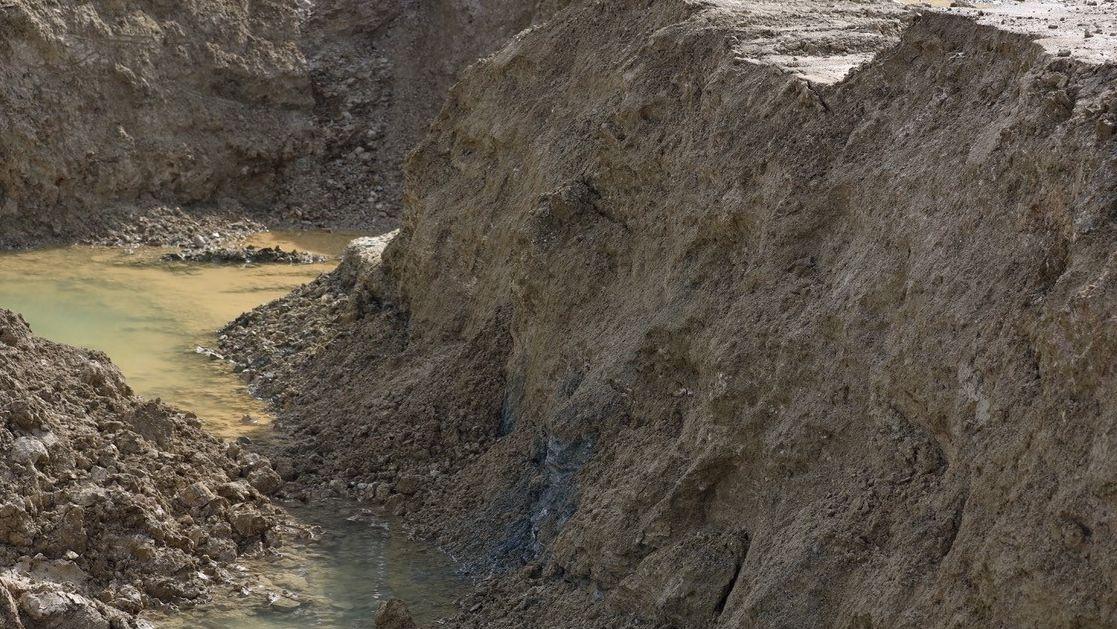Grube mit Mineral Bentonit