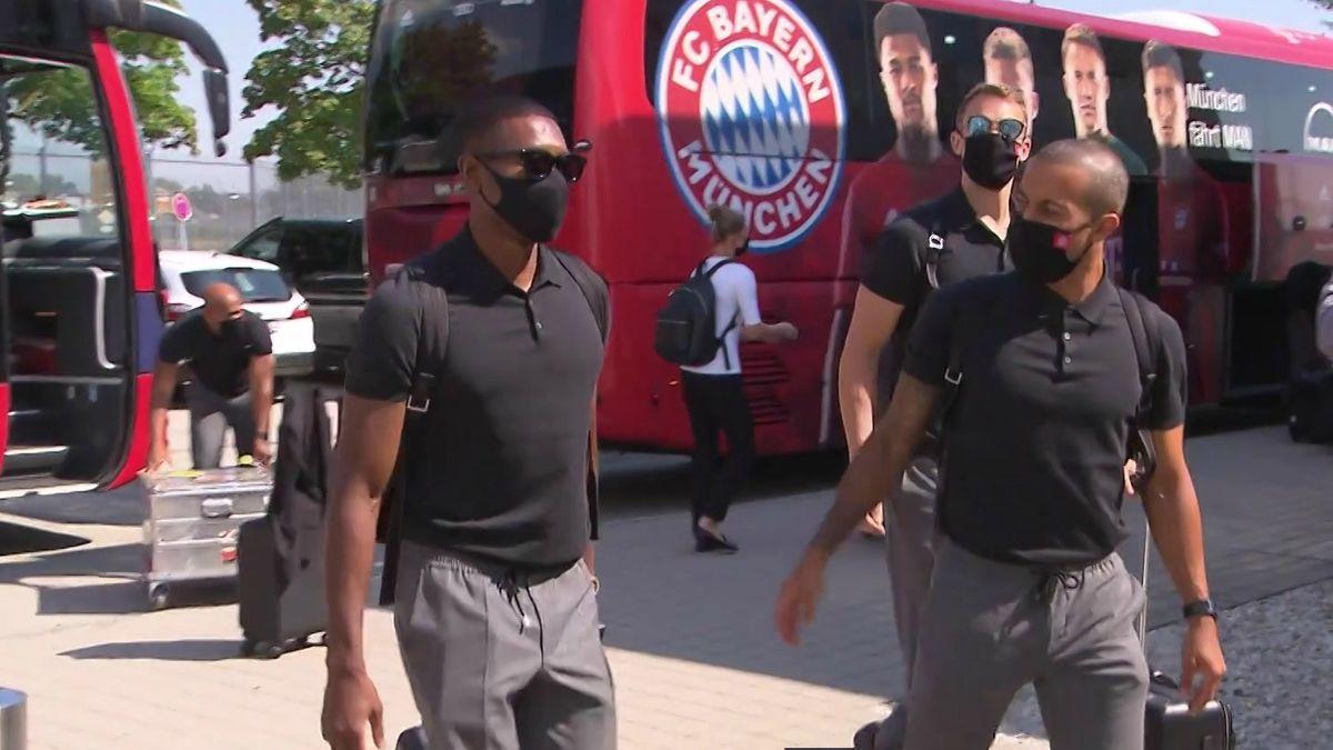 Die FC-Bayern-Spieler David Alaba, Manuel Neuer und Thiago am Flughafen München