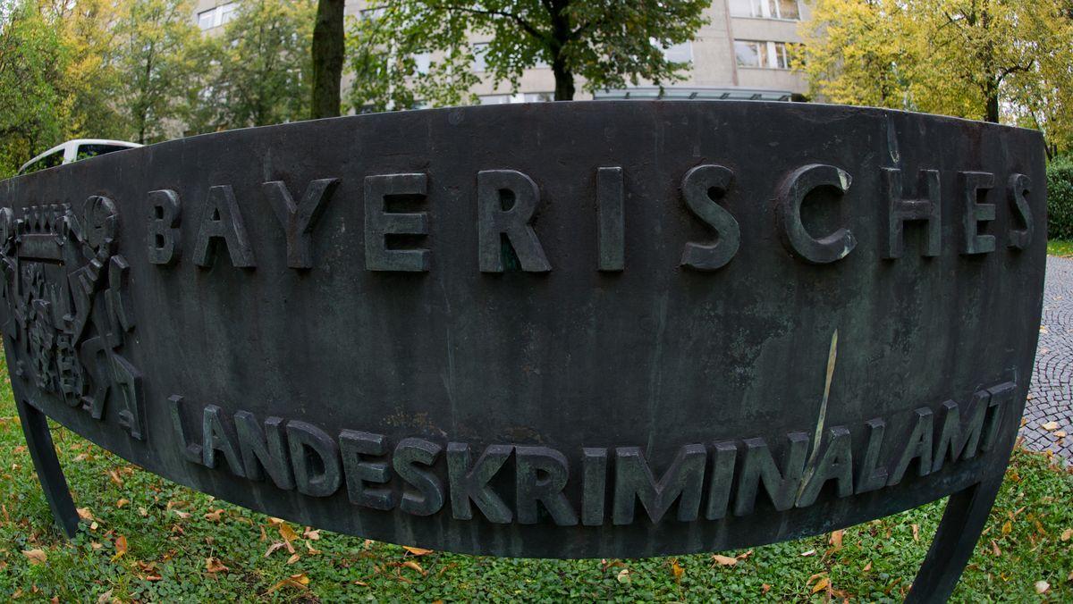Das Eingangsschild des Bayerischen Landeskriminalamtes