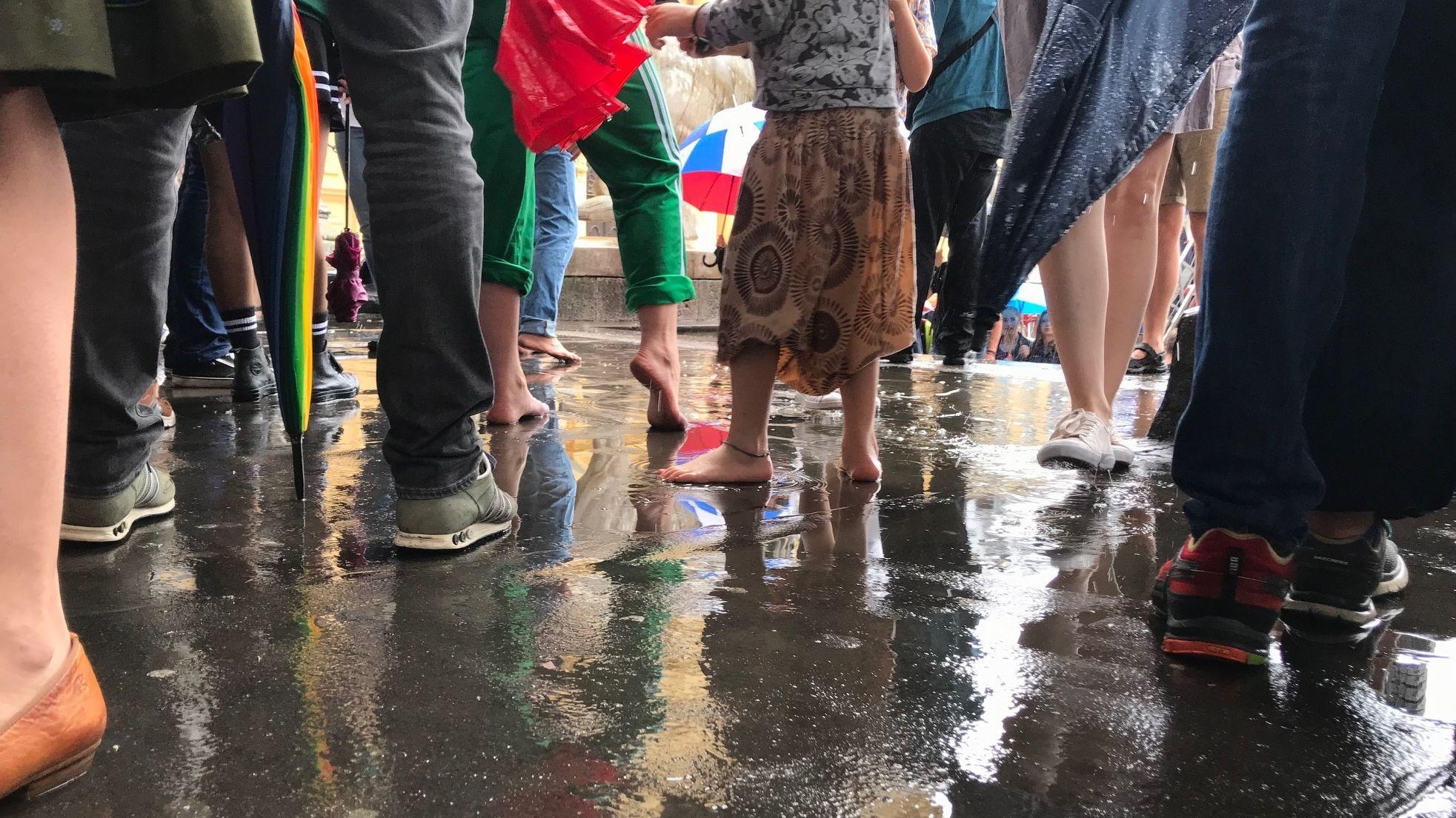 """Zum Teil stehen die Demonstranten von """"Munich for Future"""" barfuß im Regen."""