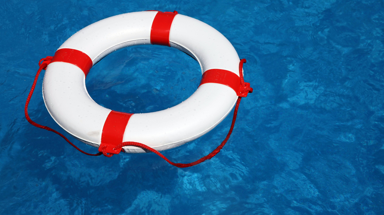 Ein Rettungsreifen im Wasser
