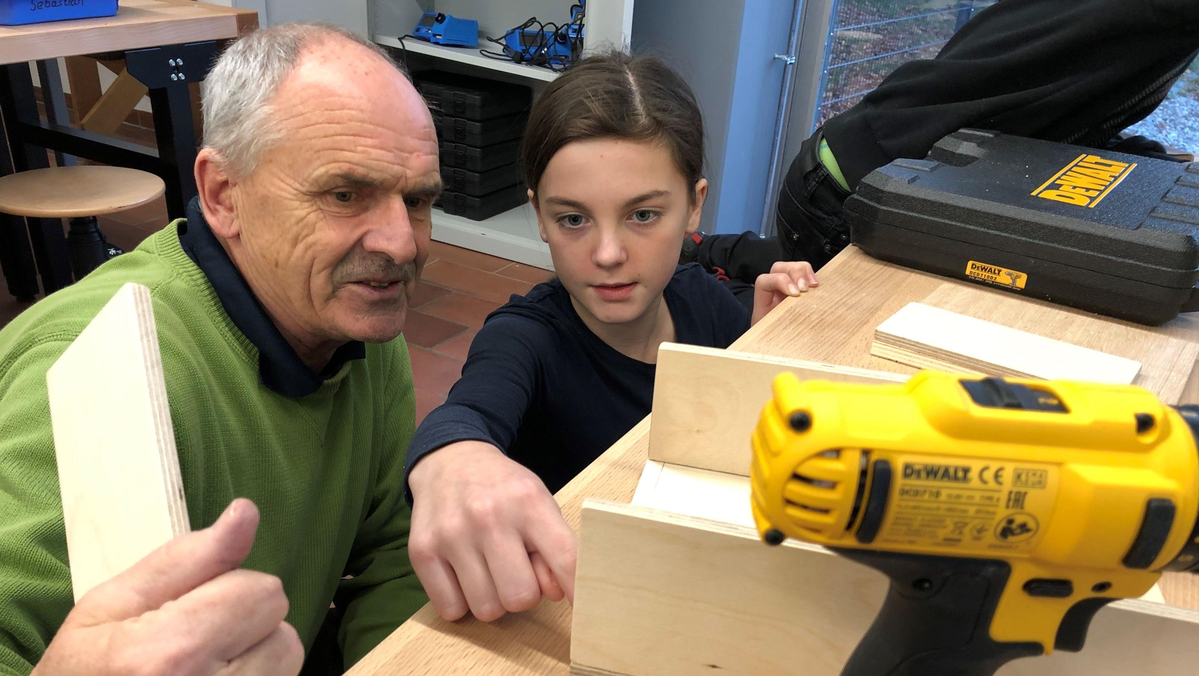 Im Technikhaus für Kinder in Dingolfing lernt die elfjährige Leonie verschiedene handwerkliche Fertigkeiten