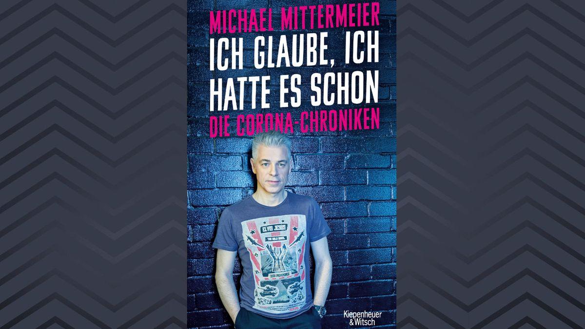 """Michael Mittermeier im blauen Licht vor einer Backsteinwand, Buchcover von """"Ich glaube, ich hatte es schon"""" von Michael Mittermeier"""