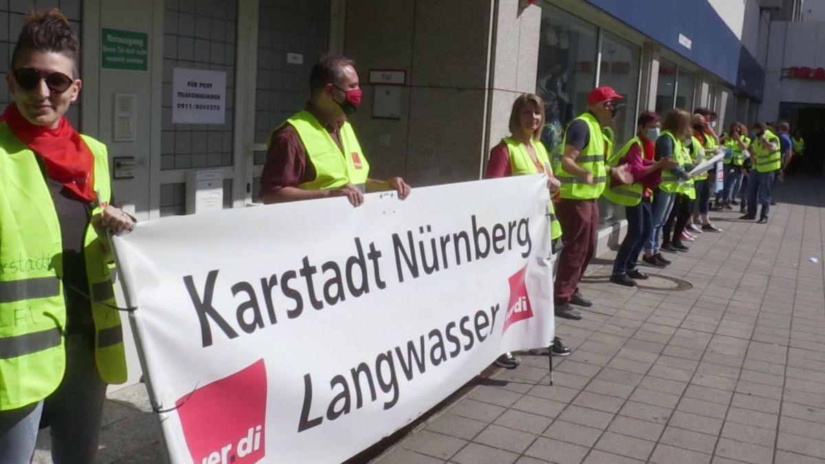 Protestaktion von Beschäftigten vor der Karstadt-Filiale in Langwasser. Nun ist die Rettung der Filiale im Franken Center gelungen.