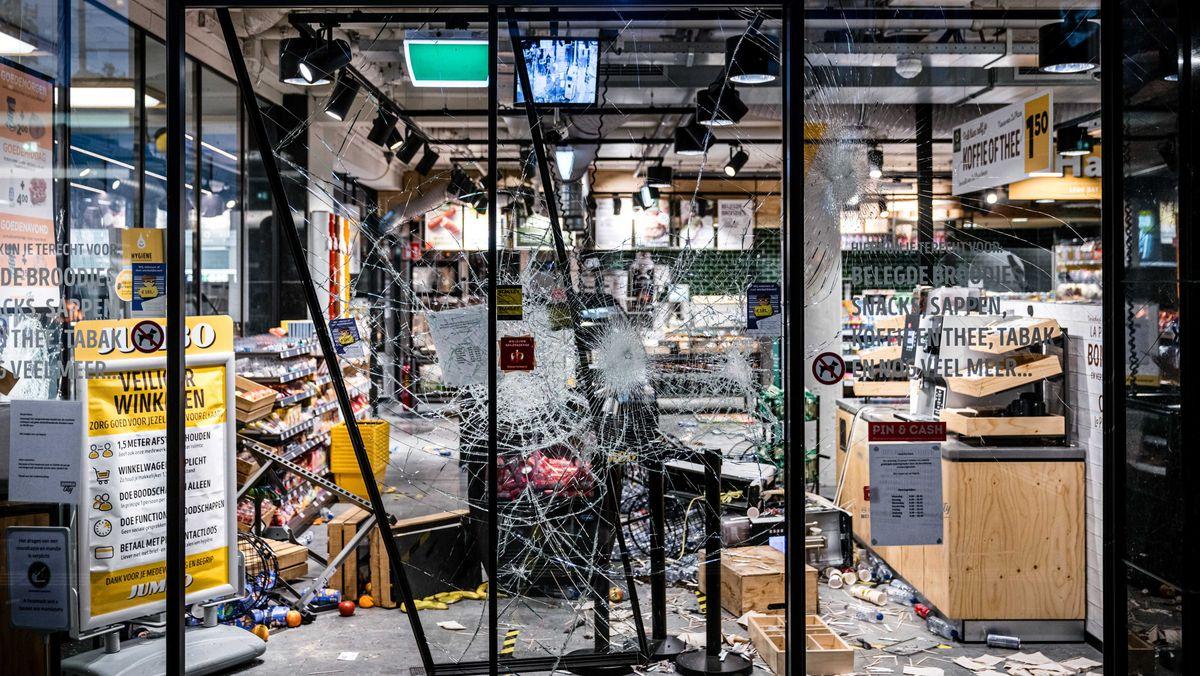 Großer Schaden und Plünderungen in einer Jumbo-Stadt im Hauptbahnhof von Eindhoven nach Unruhen in der Innenstadt von Eindhoven am 24.01.2021.
