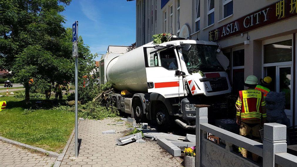 Der Müllwagen kam in der Fassade des Restaurants zum Stehen