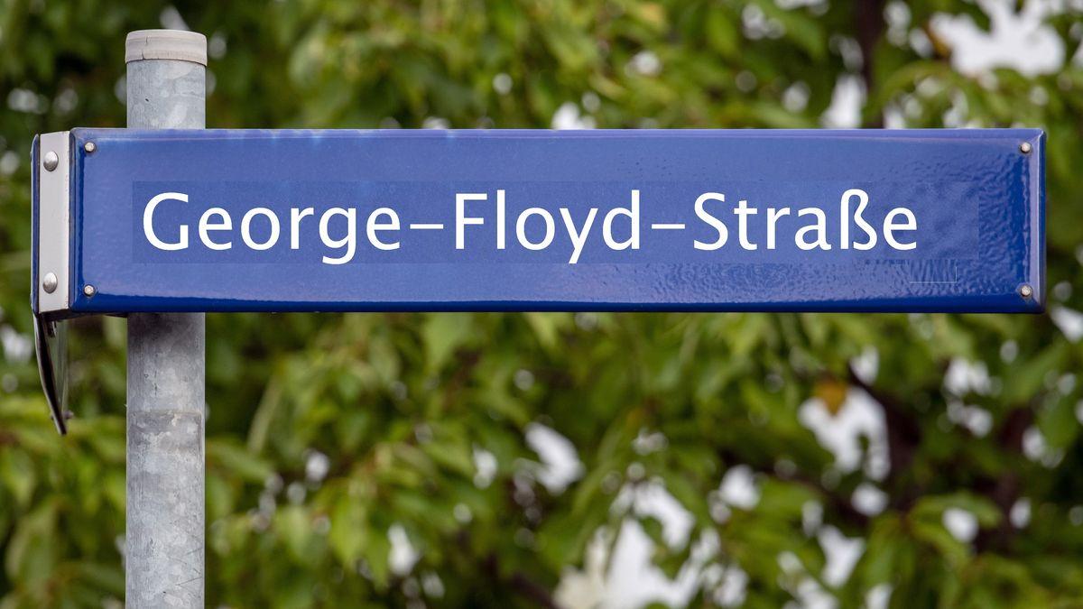 Ein Straßenschild mit dem Namen des bei einem Polizeieinsatz getöteten Afroamerikaners George Floyd (bearbeitetes Symbolbild)