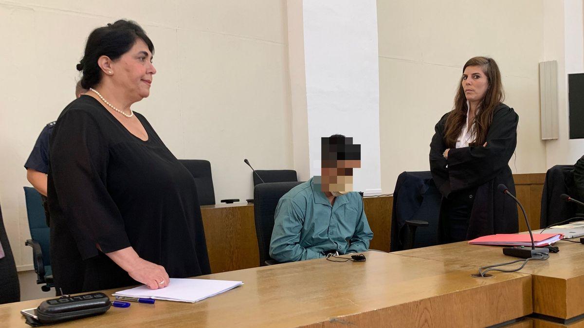 Der Angeklagte mit Dolmetscherin und Anwältin im Passauer Landgericht