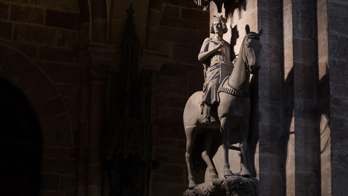 Eine Reiterstatue steht in einer Kirche
