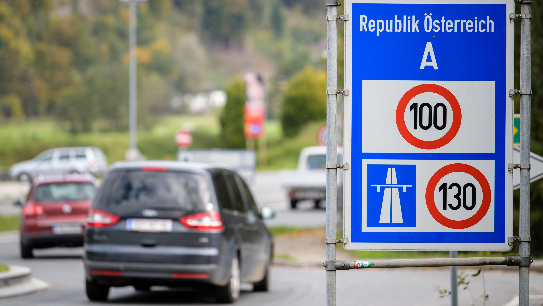 Verkehrsschild weist auf die in Österreich geltenden Geschwindigkeitsbeschränkungen hin