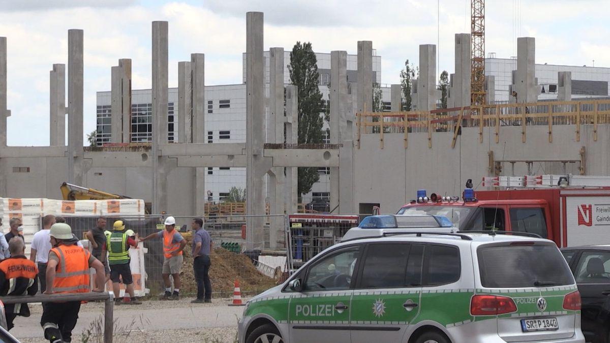 Polizei an der Baustelle, auf der am Mittag eine Betondecke eingestürzt war und mindestens vier Arbeiter schwer verletzte.