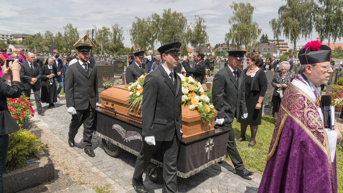 Gegen 12.30 Uhr wurde Georg Ratzinger am Unteren katholischen Friedhof in Regensburg beigesetzt.