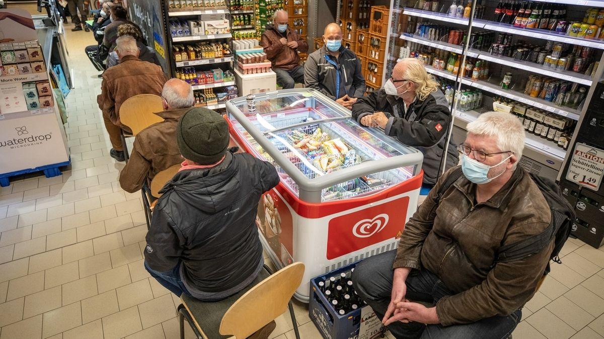 Menschen warten in einem Supermarkt auf ihre Impfung mit dem Astrazeneca-Vakzin.