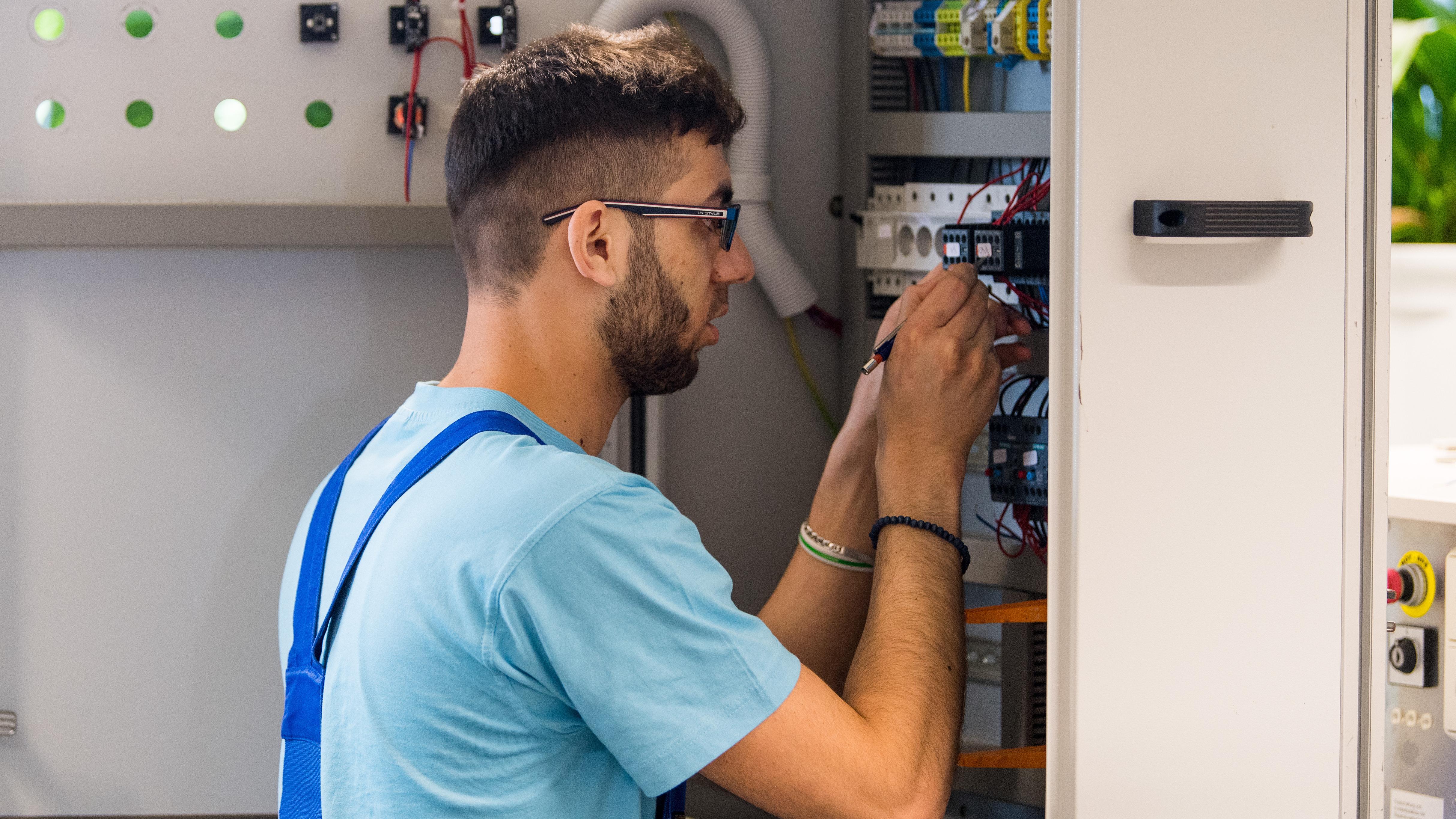 Der 23-jährige Azzam aus Syrien arbeitet bei Siemens an einem Schaltschrank