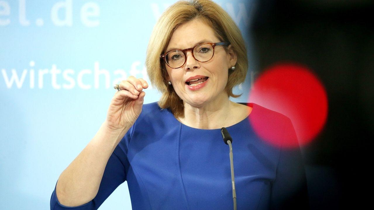 Julia Klöckner spricht im blauen Kleid