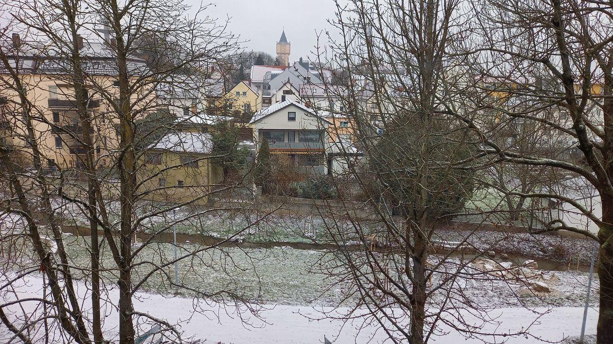 Überzuckerte Hausdächer, Gehwege und Wiesen am Allachbach in Straubing
