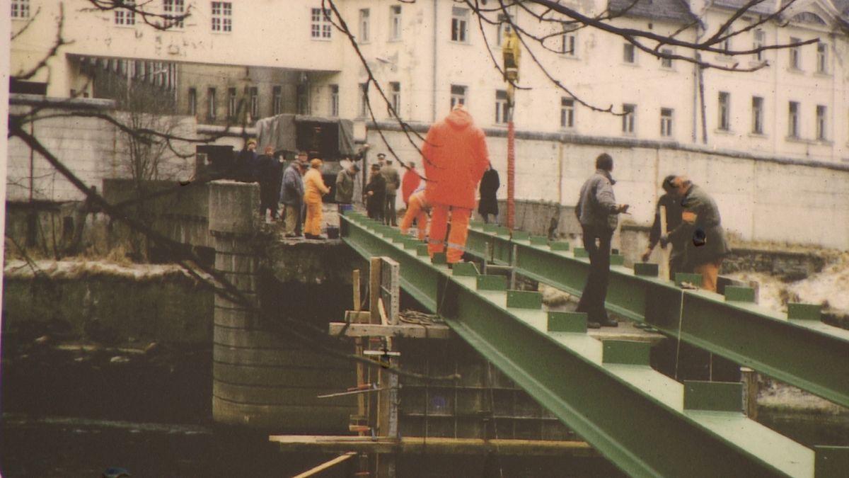 Grenzöffnung in Tiefengrün - Menschen bauen eine Brücke