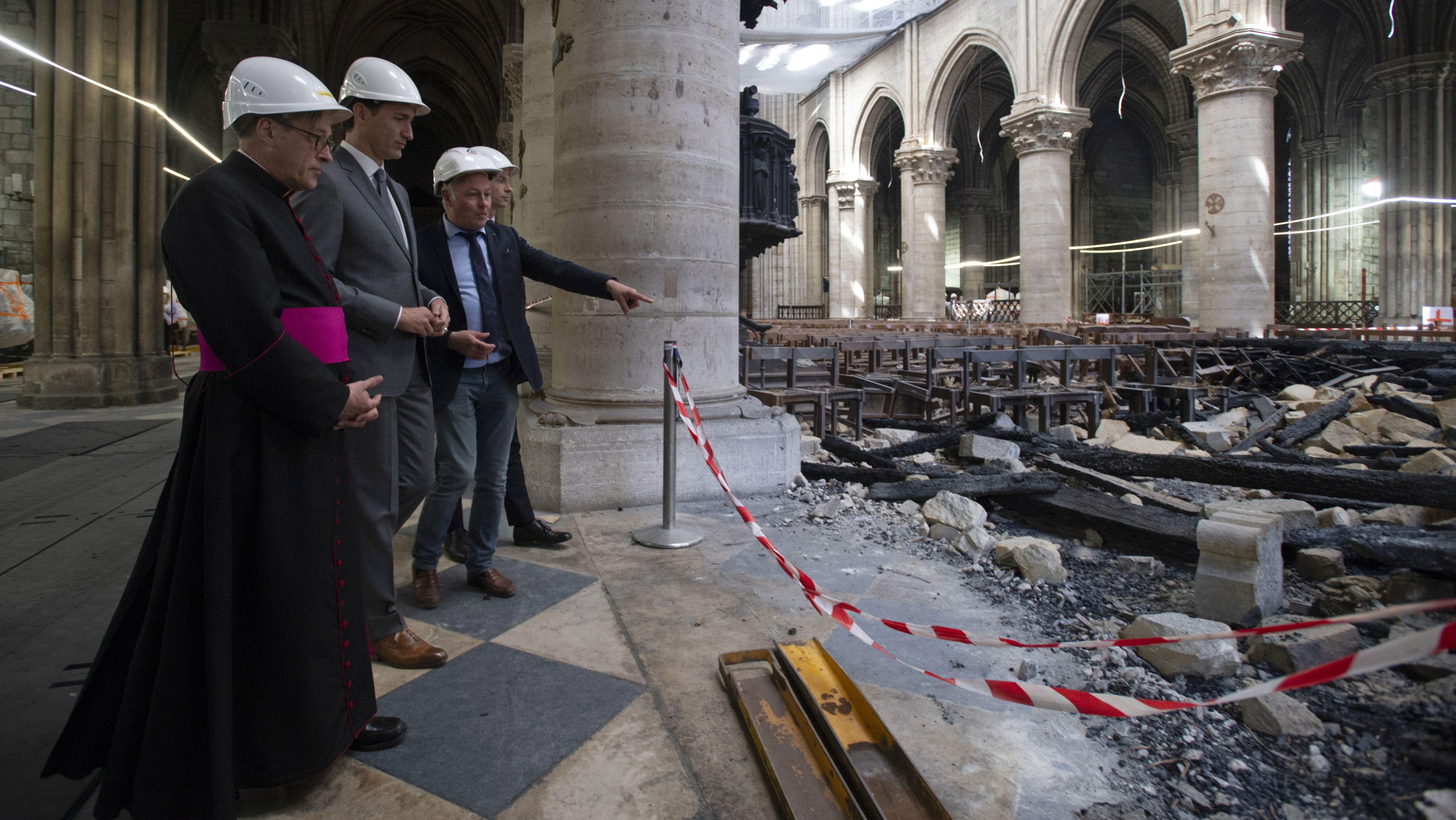 Begutachtung der Schäden im Innern von Notre-Dame.