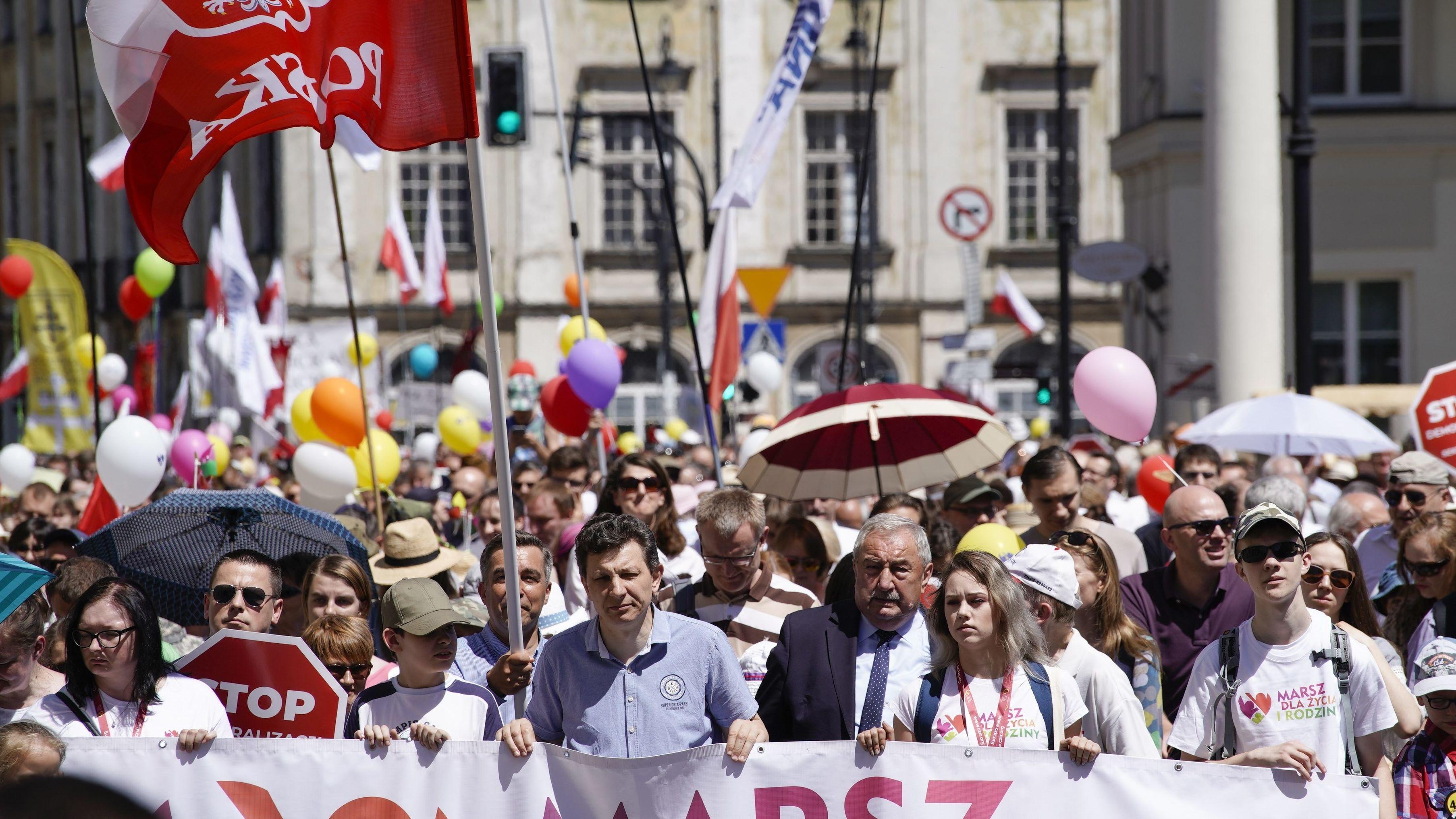 """Mehrere Tausend Menschen beim """"Marsch für Leben und Familie"""", einer Gegendemo zur Gay Pride Parade in Warschau."""