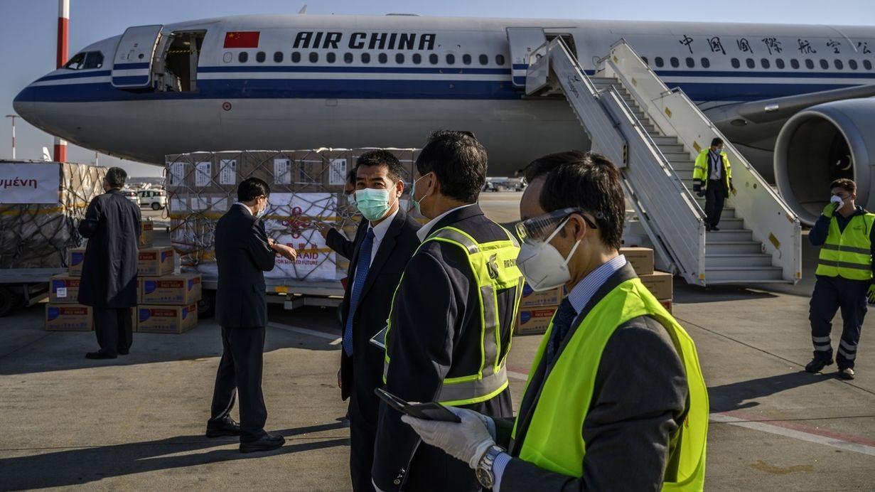 Eine Maschine der Air China bringt Hilfsgüter in der Corona-Krise