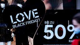 Zum Black Friday sind die Rabattprozente meist groß: Doch Sie sollten nicht blind zuschlagen. | Bild:dpa/Rolf Vennenbernd