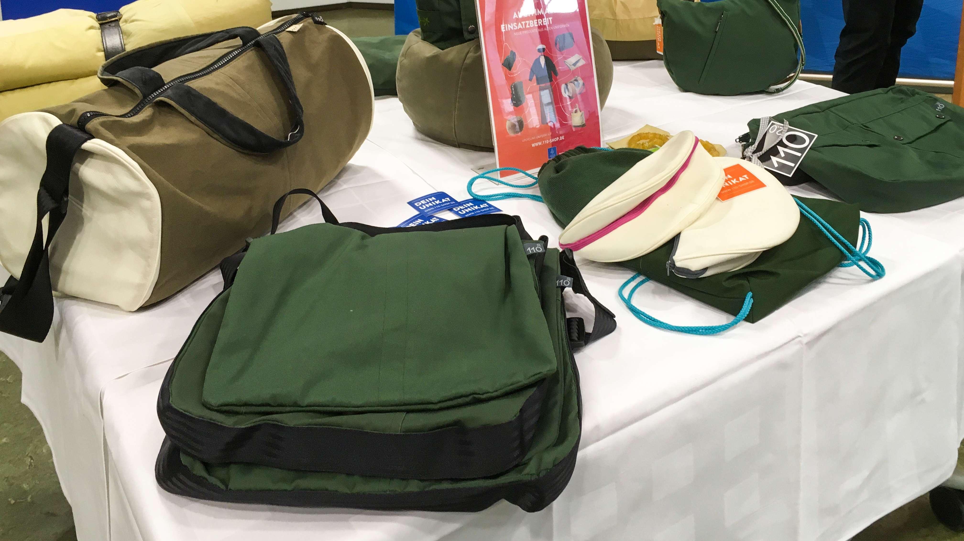 Taschen und Rucksäcke aus alten Polizeiuniformen
