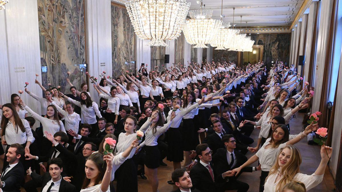 Debütantinnen und Debütanten nehmen an einer Probe für das Jungdamen- und Jungherren-Komitee beim Wiener Opernball teil.