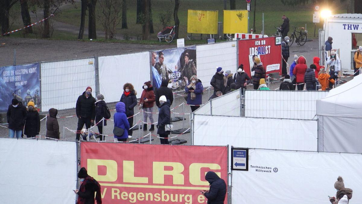 Warteschlange am Testzentrum am Regensburger Dultplatz