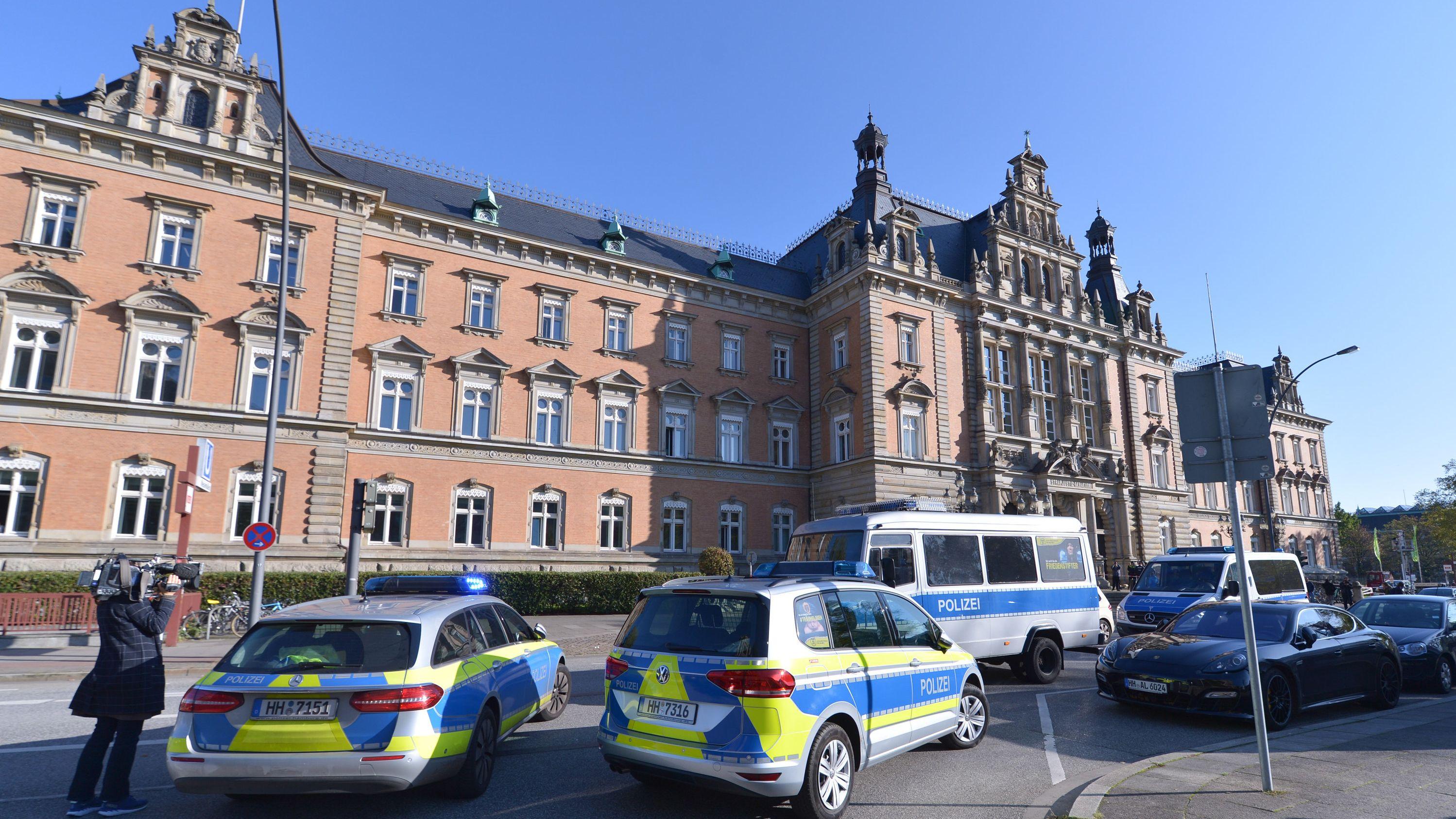 Streifenwagen stehen auf der Straße vor dem Hamburger Landgericht.