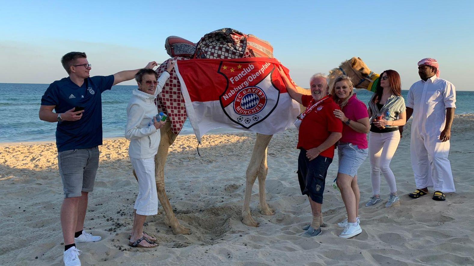 Mitglieder des FC-Bayern-Fanclubs in Doha.