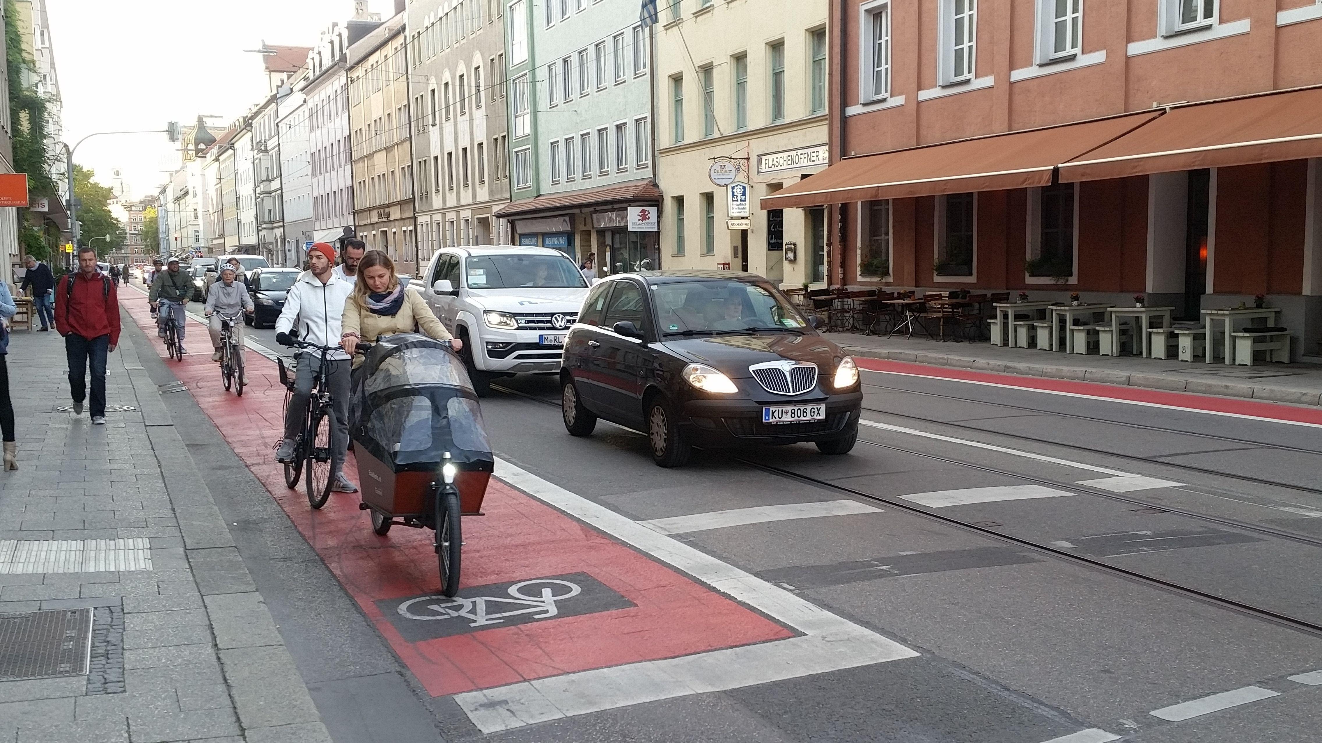 Die Fraunhoferstraße zwischen Altstadt und Isar in München: Parkplätze weg, Radlweg hin