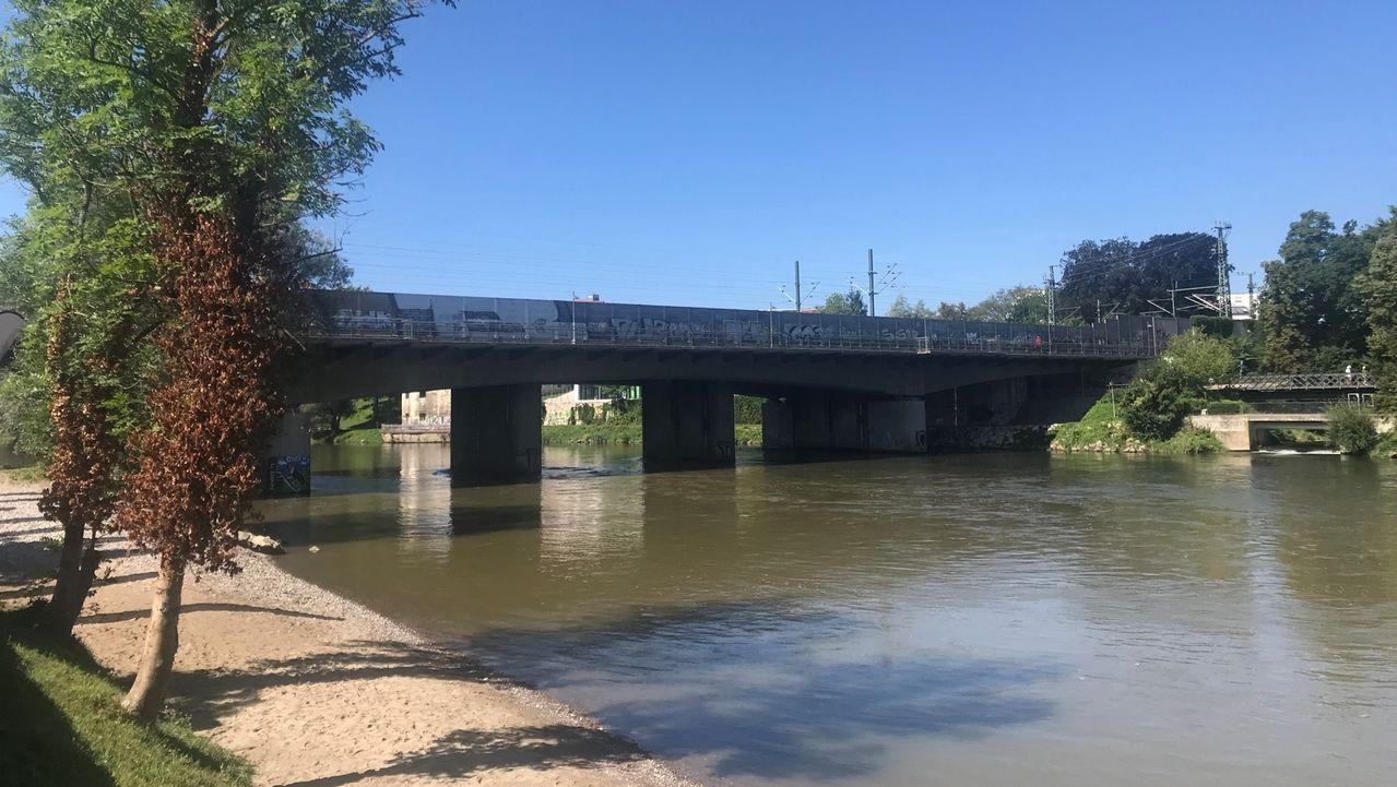 An der Eisenbahnbrücke in Neu-Ulm ist eine 31-Jährige in der Donau geschwommen, um ihr Handy im Wasser zu suchen. Die Frau gilt als vermisst.