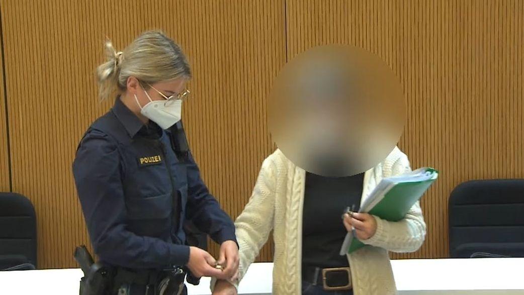 Susanne G. und eine Beamtin im Prozess im Oberlandesgericht München