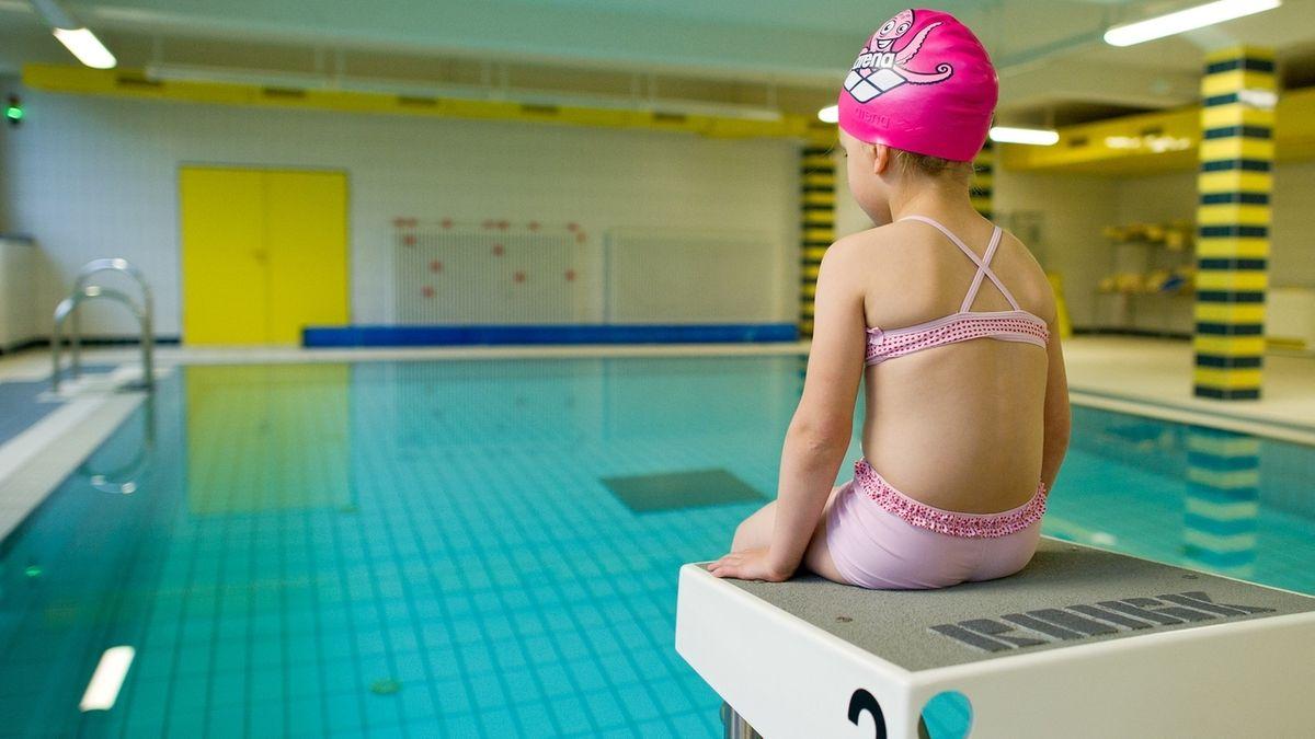 Mädchen lernt Schwimmen