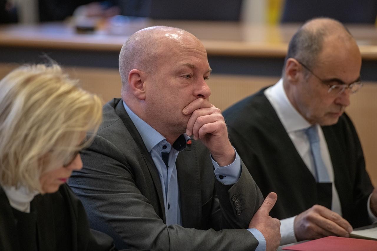 Joachim Wolbergs, suspendierter Regensburger Oberbürgermeister, sitzt im Verhandlungssaal im Landgericht Regensburg zwischen seinen verteidigern Jutta Niggemeyer-Müller und Peter Witting.